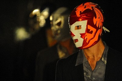 hombres con máscaras