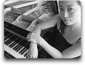 Mine Kawakami en el piano