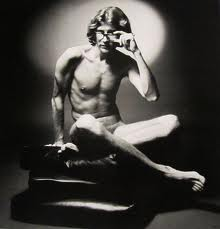 Yves Saint Laurent posa para la publicidad de Opium