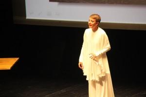 Eva Hache presentando los premios