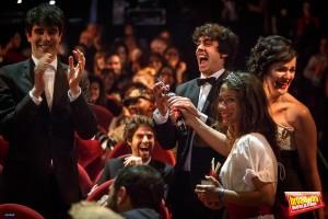 Javier Calvo y Javier Ambrossi le dan a Belén Cuesta la noticia de que ha ganado el premio a la Mejor Actriz de Reparto por teléfono. Fuente: http://www.broadwayworld.com/spain/
