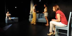 Cuatro de los protagonistas durante una de las escenas de la obra