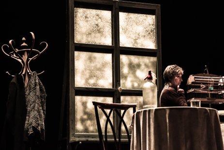 """Petra Martínez representando """"Una mujer en la ventana"""" en la Sala Mirador"""