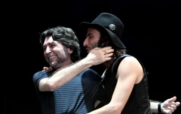 Los cantantes Leiva y Joaquín Sabina durante un concierto