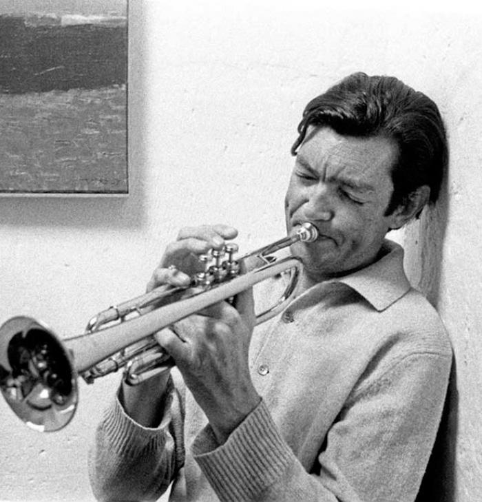 Julio Cortázar tocando la trompeta-Fuente: blog Lecturas Indispensables