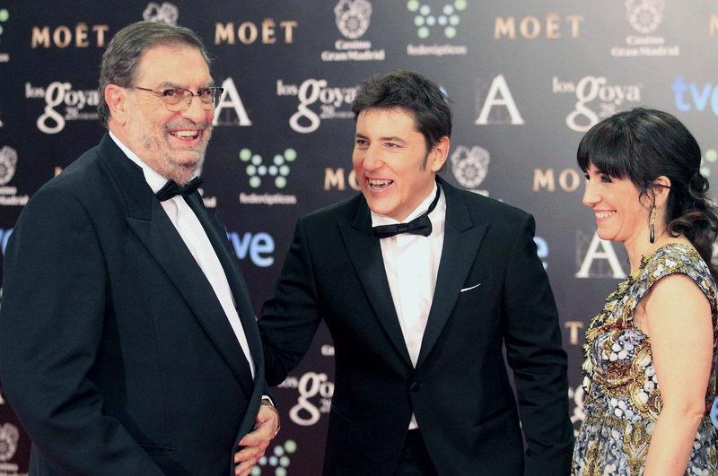 El presidente de la Academia de las Artes y las Ciencias Cinematográficas, Enrique González Macho, el presentador Manel Fuentes y la vicepresidenta segunda de la Academia, Judith Colell.