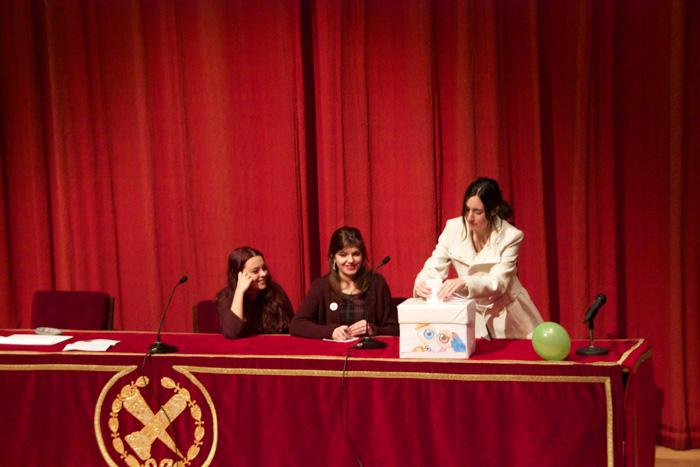 """Una alumna introduciendo su mensaje para Cortázar en la """"urna cronópica"""""""