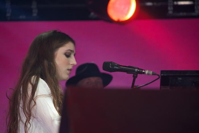 Tocando el piano y cantando la cantante Birdy
