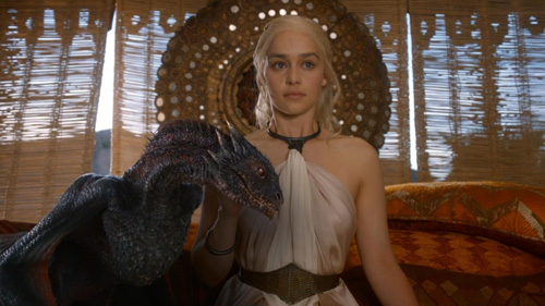 Reina Daenerys, la Khaleesi con uno de sus dragones