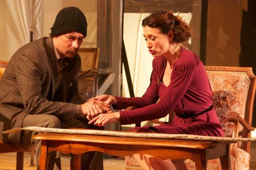 """Escena de la obra de teatro """"Rudolf"""", interpretada por el actor, Roberto Drago, y la actriz María Botto"""