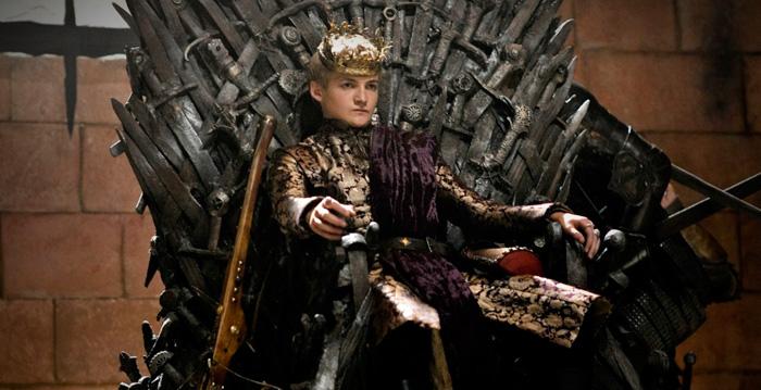 El rey Joffrey Baratheon en el trono de hierro