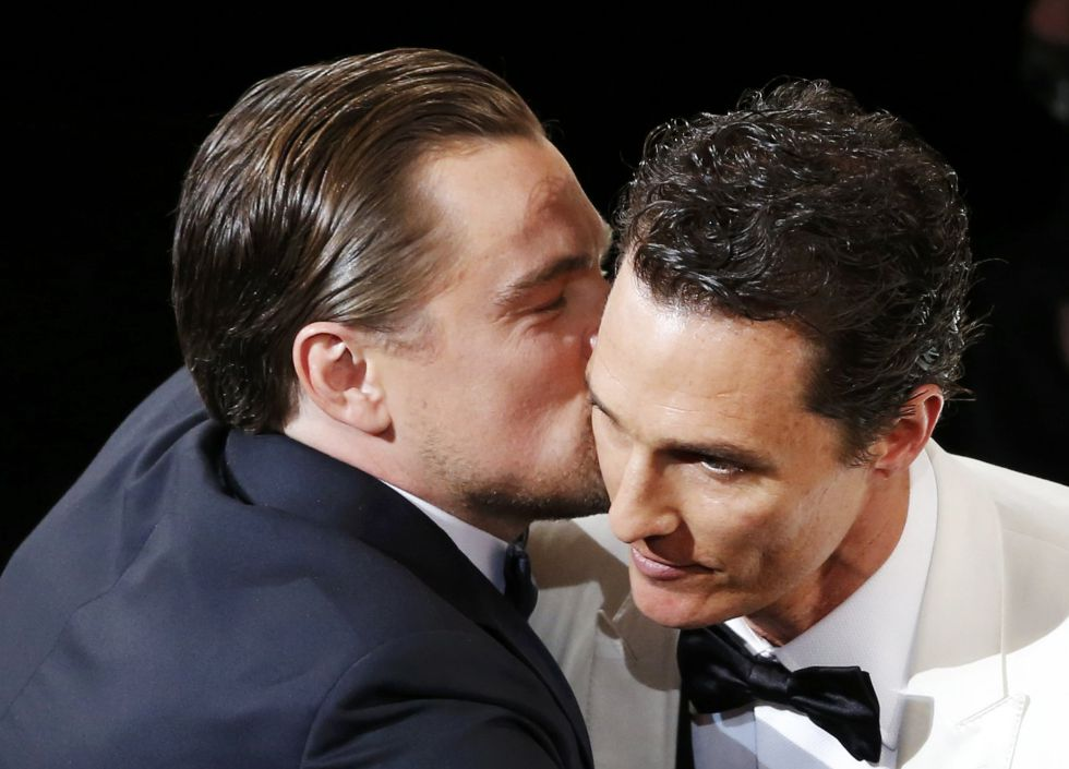 """Leonardo DiCaprio felicitando a Matthew McConaughey, por ganar el Oscar a Mejor actor por su papel en 'Dallas Buyers Club' -Fuente: """"El País"""""""