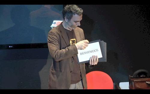 El mago Alberto de Figuereido actuando en el 'Teatro Encantado'