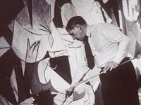 Pablo Picasso pintando el Guernica