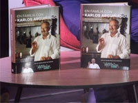 Dos ejemplares del libro En familia con Karlos Arguiñano