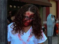 Chica disfrazada de zombie. Foto Parque Warner Madrid