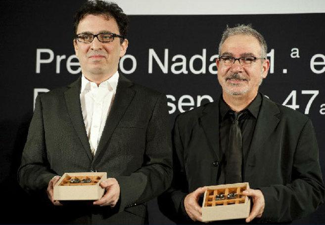 A la izquierda, C. Vales, premio Nadal, junto a Andreu Carranza, ganador del Josep Pla