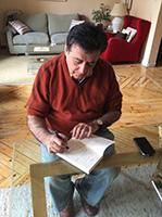 Luis Landero escribiendo