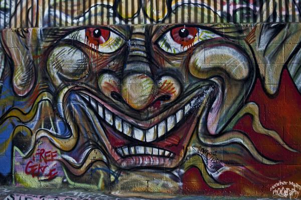 David Arquette: Ahora toca alejarse de museos y escuelas académicas. El malogrado actor, hermano pequeño de Rosanna y Patricia (uno de los discursos que incendió los Oscar) ha llamado la atención por su destreza en las artes plásticas, pero en lugar de derrochar su talento sobre un lienzo él prefiere hacerlo sobre una pared. Y es que estamos hablando de un grafitero, que formó parte durante mucho tiempo de una crew de artistas urbanos llamada KGB. A día de hoy, David sigue empuñando el spray ocasionalmente. Pero aquí no terminan sus inquietudes, además de pintar, Arquette también escribe guiones de cómics, compone música y ha hecho sus pinitos en el mundo de la lucha libre.