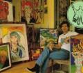 """Pierce Brosnan: Mucho antes de ser James Bond, antes incluso de que Remington Steele llamara a su puerta, el irlandés no iba para actor, sino para virtuoso del pincel. A finales de los sesenta, Brosnan estudió arte e ilustración comercial en la prestigiosa escuela de arte Saint Martin's de Londres. Pero tras sacarse el título abandonó las artes plásticas por el arte dramático. En 1987, cuando a su mujer Cassandra Harris le fue diagnosticado el cáncer que habría de acabar con su vida, Pierce volvió a enfrentarse al lienzo como terapia. Sus cuadros luminosos y coloridos prescinden de la crítica especializada. """"Pinto para mí"""", ha dicho Brosnan."""