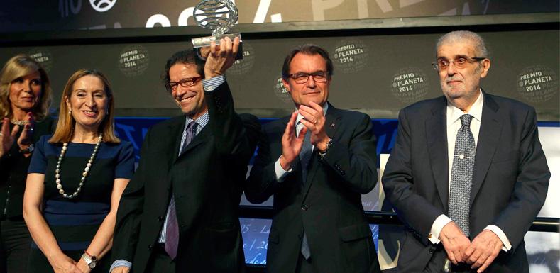 José Manuel Lara, a la derecha, en su última entrega del Premio Planeta el pasado octubre al escritor mexicano Jorge Cepeda