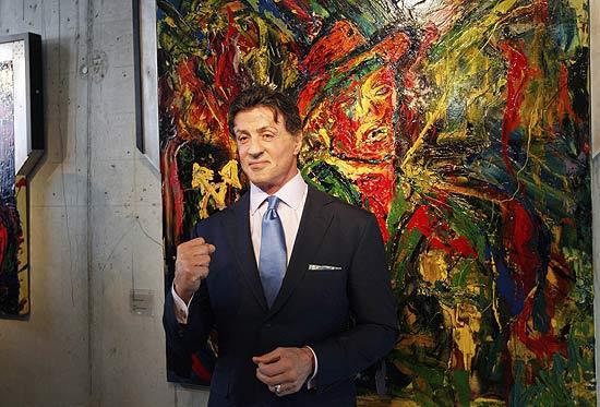 """Sylvester Stallone: Otro imprescindible de este apartado, convertido ya en lugar común. Su obra más conocida consiste en acuarelas abstractas de gran tamaño, muy coloridas y expresivas y reconocidas por la crítica. Tras la muerte de su hijo Sage, en 2012, contó en una entrevista que """"las pinturas en las que trabajo ahora mismo no son tan alegres, pero hay algo asombroso en este proceso e intuyo que el resultado será algo muy profundo"""". A finales de 2013 inauguró una exposición con sus cuadros en la galería Art Basel de Miami Beach, de los cuales vendió dos por unos 27.000 euros. Además, Stallone ha vendido un autorretrato que realizó en la década de los 70 y cuyo precio, rondaba los 35.000 euros."""