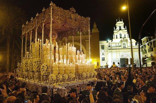 La Virgen de la Macarena en la Madrugá de Sevilla