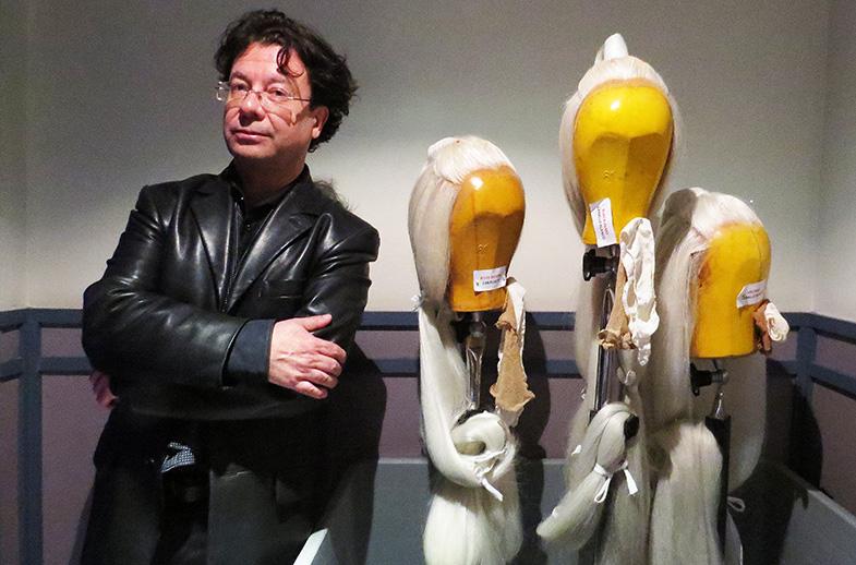 Mauricio-Sotelo-junto-a-las-pelucas-de-los-protagonistas-de-El-Público