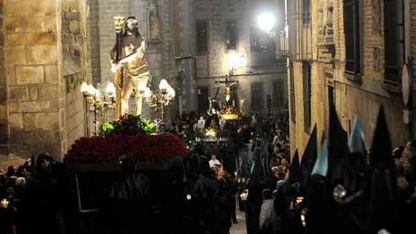 Estrechas calles ven pasar las procesiones