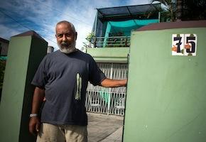 El escritor Leonardo Padura en su casa en La Habana. Foto: Adalberto Roque