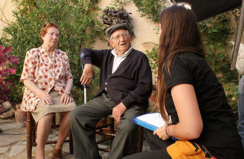 La directora Elena Ferrándiz entrevista a los vecinos de Torrelobatón