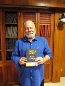"""""""Yo no sé si he hecho la paz... pero acabó la guerra"""", Ramón Lobo mostrando su libro"""
