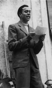 Miguel Hernández leyendo unas cuartillas en la inauguraciónde la plaza Ramón Sijé en Orihuela, el 14 de abril de 1936