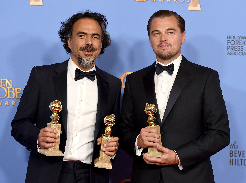 """Alejandro González Iñárritu, a la izquierda, y Leonardo DiCaprio posan tras ganar los Globos de Oro al mejor director y mejor película de drama y al mejor actor de drama, respectivamente, por """"The Revenant"""", el domingo 10 de enero del 2016 en el Hotel Beverly Hilton en Beverly Hills, California. (Foto por Jordan Strauss/Invision/AP)"""