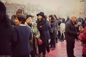 El público ante las puertas el Centro Cultural Pozo del Tío Raimundo.