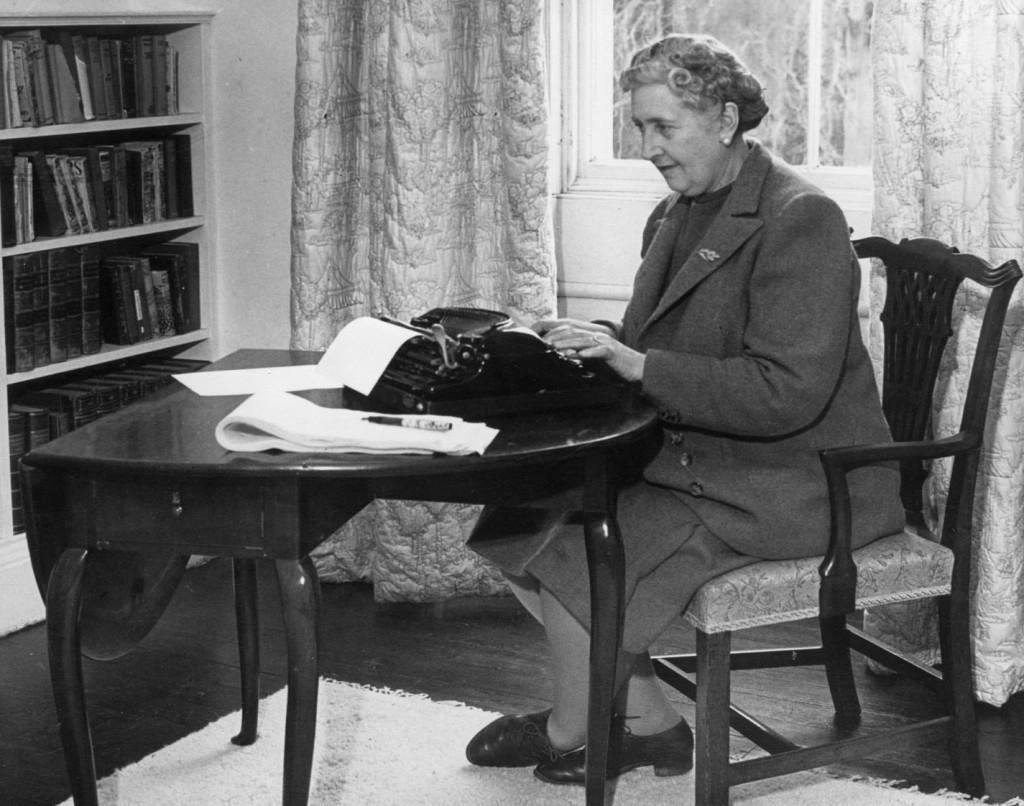 La autora Agatha Christie trabajando en una de sus obras.