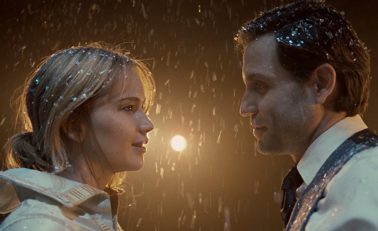 Jennifer Lawrence y Édgar Ramírez en una escena de la película