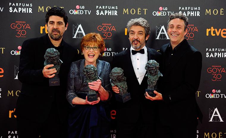Los premiados por la película Truman posan con la estatuillas de los Goya.