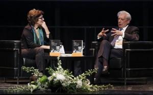 Mario Vargas Llosa durante su charla con Montserrat Domínguez.