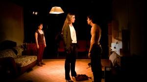 Alba (Marta Arán), Ruth (Laura López) y Jacob (Guillem Motos) en un momento de la representación 'Cenizas'