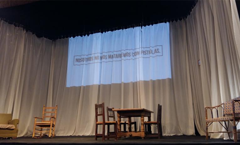 Escenario del Teatro Lara momentos antes de que empiece la obra