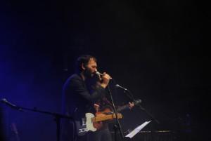 Ramón de The New Raemon en uno de los momentos íntimos del concierto | Foto de Guillermo Chaparro