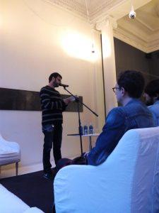 El poeta Sergio C. Fanjul recitando