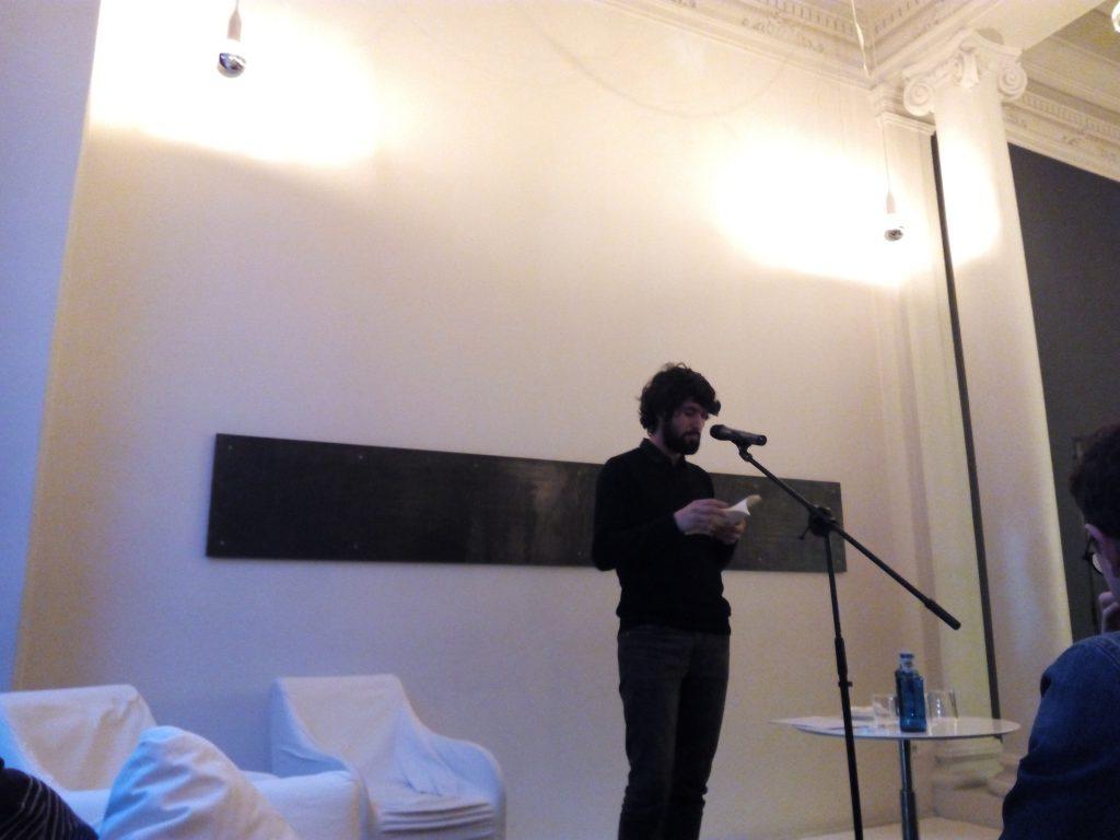 El poeta Rodrigo Sancho recitando