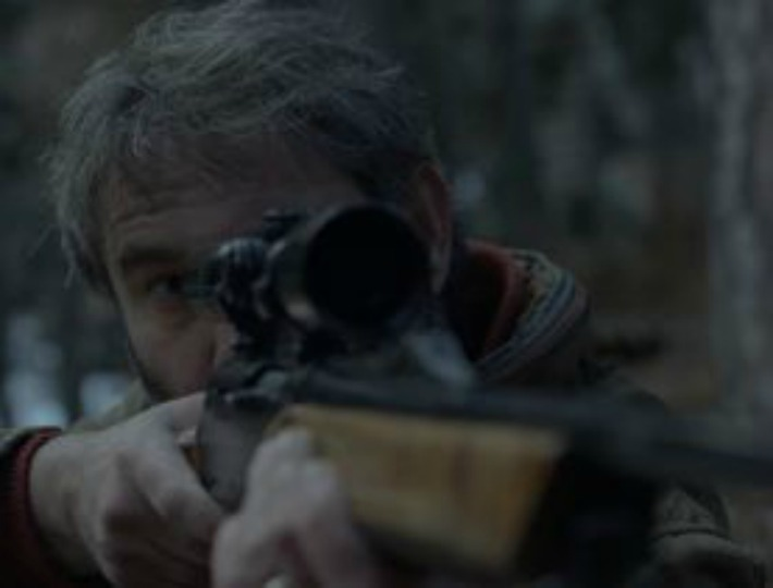 Enric (Sergi López) cazando
