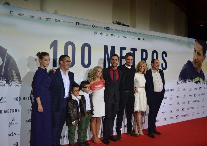 Reparto de la película con Marcel Barrena, Ramón Arroyo y familia