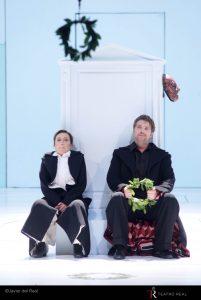 Monica Bacelli, mezzosoprano, y Jeremy Ovenden, tenor, como Sesto y Tito. Fotografía de Javier del Real (Teatro Real).