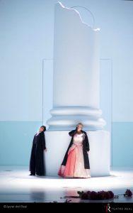 Karina Gauvin, soprano, y Monica Bacelli, mezzosoprano, como Vitellia y Sesto. Fotografía de Javier del Real (Teatro Real).