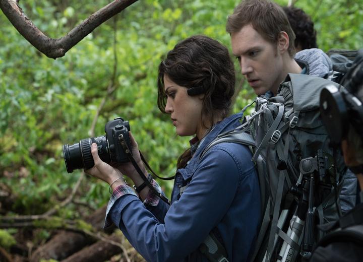 Lisa(Callie Hernandez) y James (James Allen McCune) en el bosque