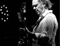 Neil Young muestra que aún tiene fuerzas para seguir dedicándose a la música.